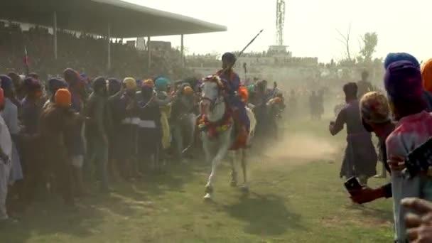 Anandpur Sahib, Deutschland - 20180302 - Rennen Hola Mohalla - Sikh Festival - Reiter vorbei an Masse.