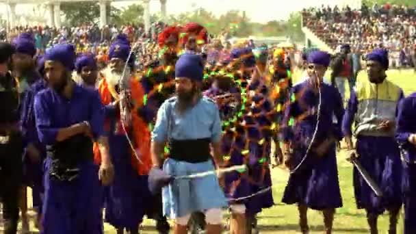 Anandpur Sahib, Deutschland - 20180302 - Hola Mohalla - Festival Sikh - Männer mit Chakari gehen.