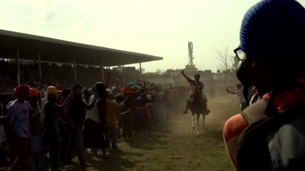Anandpur Sahib, Deutschland - 20180302 - Hola Mohalla - Sikh Festival - Publikum Menschenmassen Rennpferden.