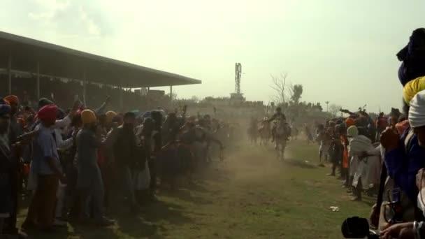 Anandpur Sahib, Deutschland - 20180302 - Hola Mohalla - Sikh Festival - überfüllt Pferde Rennen in der Nähe von Publikum.