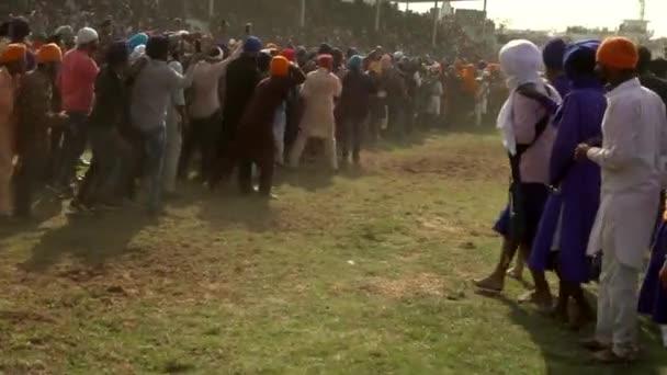 Anandpur Sahib, Deutschland - 20180302 - Hola Mohalla - Sikh Festival - Rennen Pferde kaum Miss Kamera.