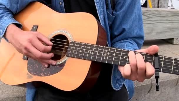 Chebeague ostrov, Maine - 20181007 - detailní rukou hrál na akustickou kytaru.