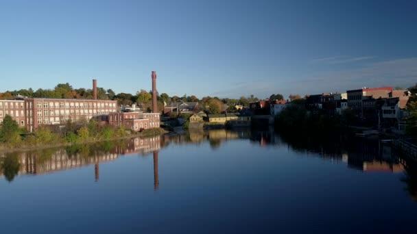 Letecká Drone - Fly Over zrcadlové jezero na staré textilní továrny v Exeter, New Hampshire 4k.