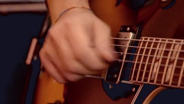Boston, Massachusetts - 20181025 - Man show líbí práce vyskladnění na kytaru.