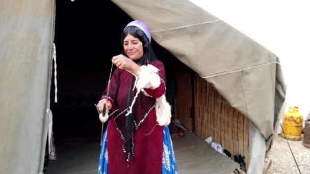 Shiraz, Írán-2019-04-09-Qashqai ženská spins příze z kozí vlny při stání