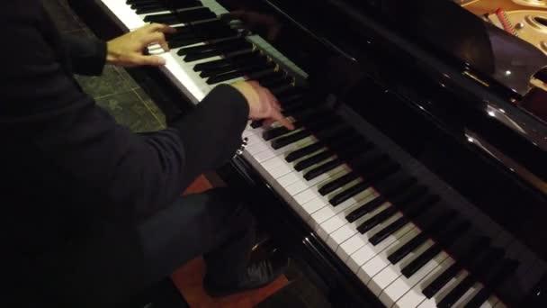 Kezek zongorázni Night Club több mint jobb váll-hanggal