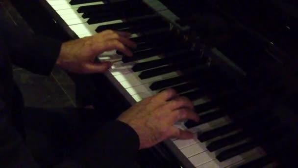 Klavierspielende Hände im Nachtclub über der rechten Schulter - Zeitlupe