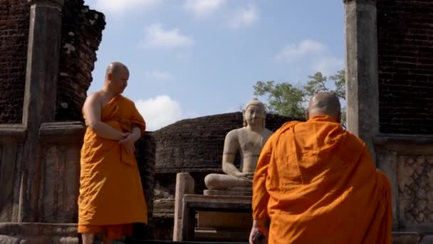 Polonnaruwa, Sri Lanka-2019-03-23-szerzetesek a Tour 8-up lépcső múlt Buddha-szobor