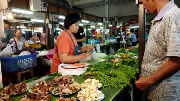 lampang, thailand - 2019-03-07 - Marktverkäufer verkauft Grünzeug