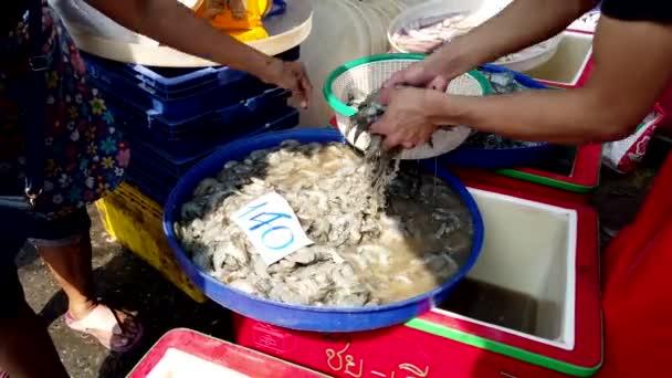 Szállító költözik garnélarák-ba Basket az ügyfél vár vásárolni őket