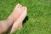 Közelkép a nőstény lábak feküdt a gras