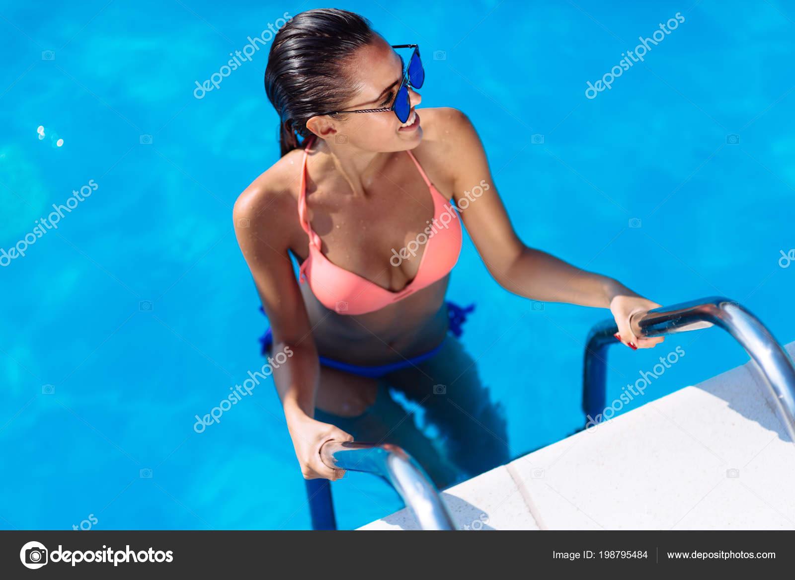 Летний секс в бассейне