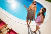Női meg élvezi a nyaralás és a szolárium, a medence mellett