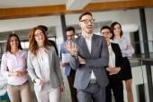 Skupina profesionálních úspěšní podnikatelé v sídle společnosti
