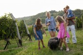 Fotografie Familie glücklich Winzer im Weinberg vor der Ernte