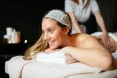Krásná mladá žena si užívat masáže a regenerační