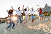 Fotografia Gruppo di amici felici feste sulla spiaggia e divertirsi