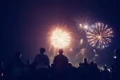 Dav sleduje ohňostroje a v noci slaví