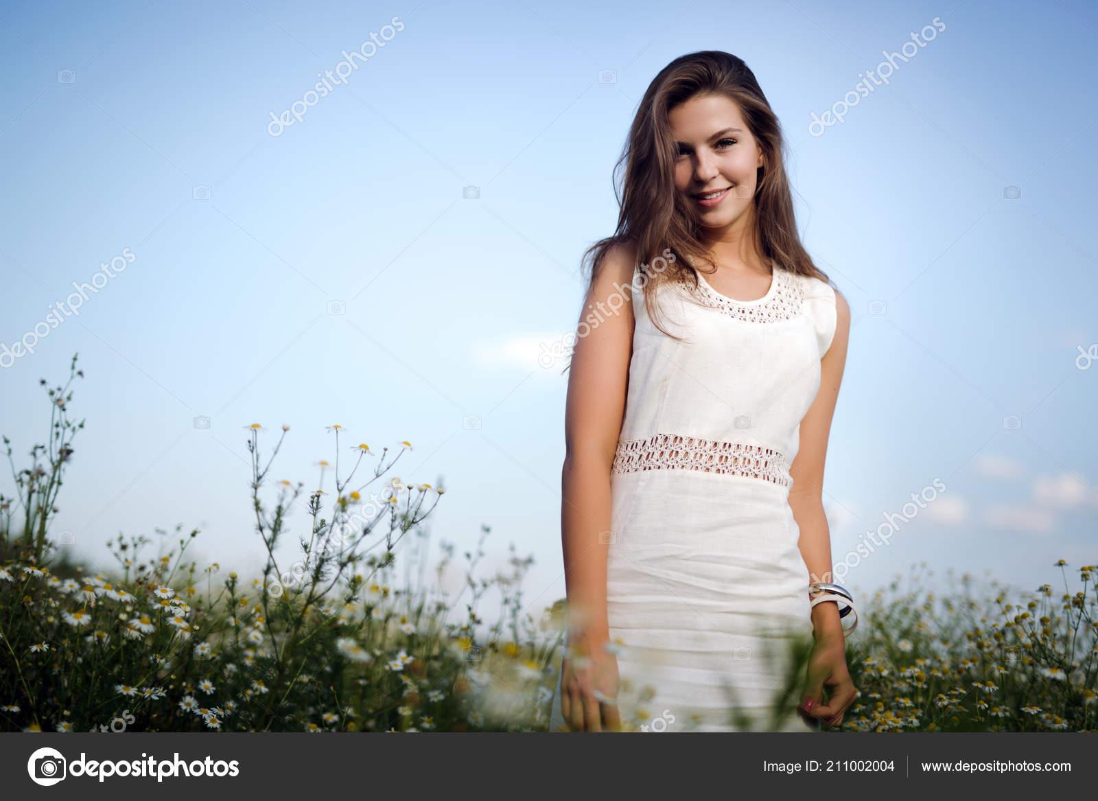 4e4df9676a Junge Schöne Glückliche Frau Die Viel Zeit Der Natur — Stockfoto ...