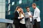 Gruppo di affari di persone e colleghi occupati allaperto