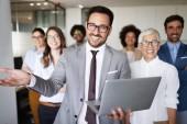 Úspěšná společnost s pracanti v moderní kanceláři