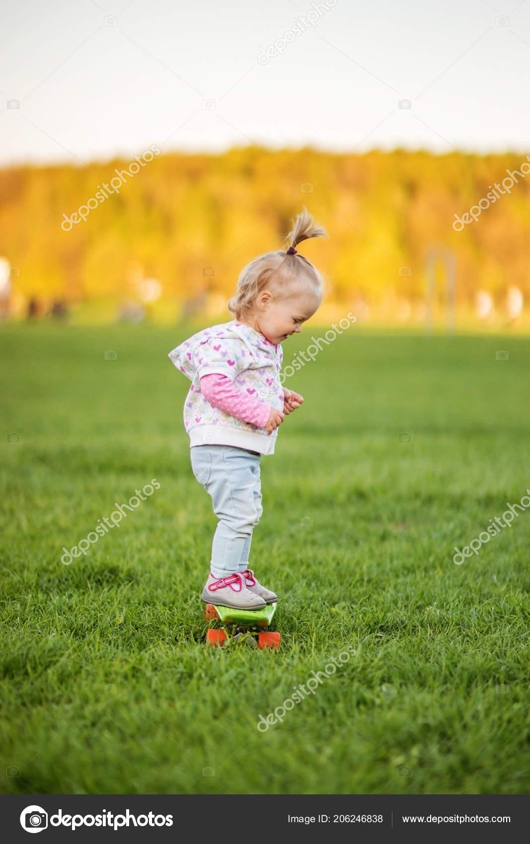 la meilleure attitude de2aa 6f745 Simpático Bebé Con Patín Soleado Parque — Fotos de Stock ...