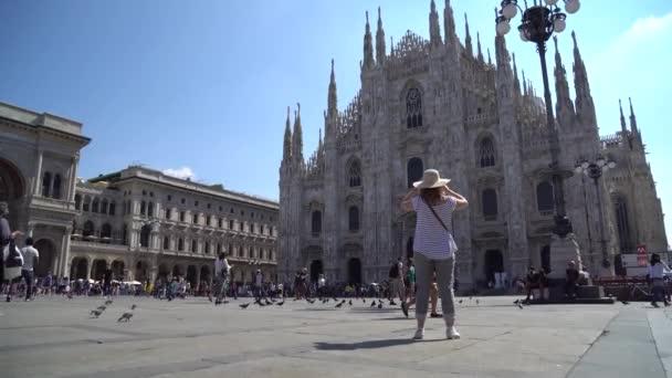 Milano, Italia - 25.06.2018: La gente che cammina sulla piazza cattedrale duomo