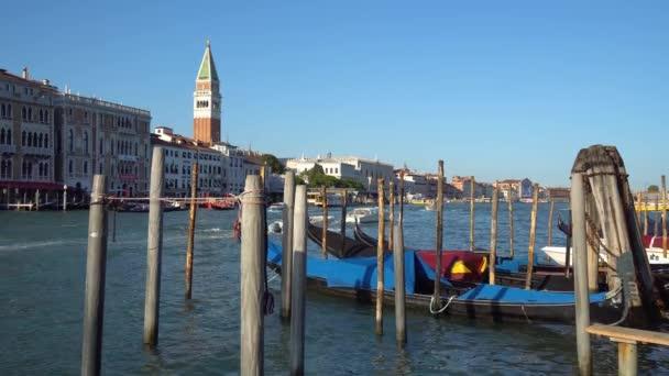 Venice, Olaszország - 16.08.2018: Gondolák és a Canal Grande buszok, Velence, Olaszország.