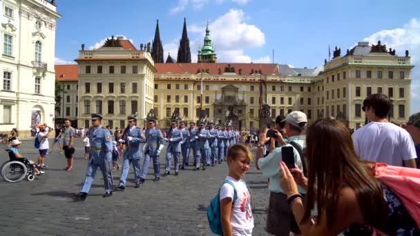Praha, Česká republika - 21.08.2018: stráže v prezidentském paláci na Pražském hradě.