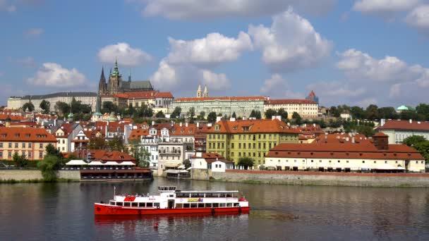 Praha, Česká republika - 21.08.2018: krásné panoráma Prahy s Karlův most Karlův nejvíce Vltavu a Pražský hrad.