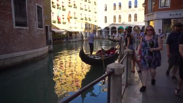 Velence, Olaszország - 15.08.2018: a turisták a keskeny csatornák a Velence-gondola