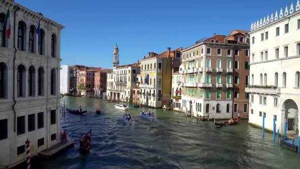 Velence, Olaszország - 16.08.2018: A keskeny csatornák a Velence-hajók