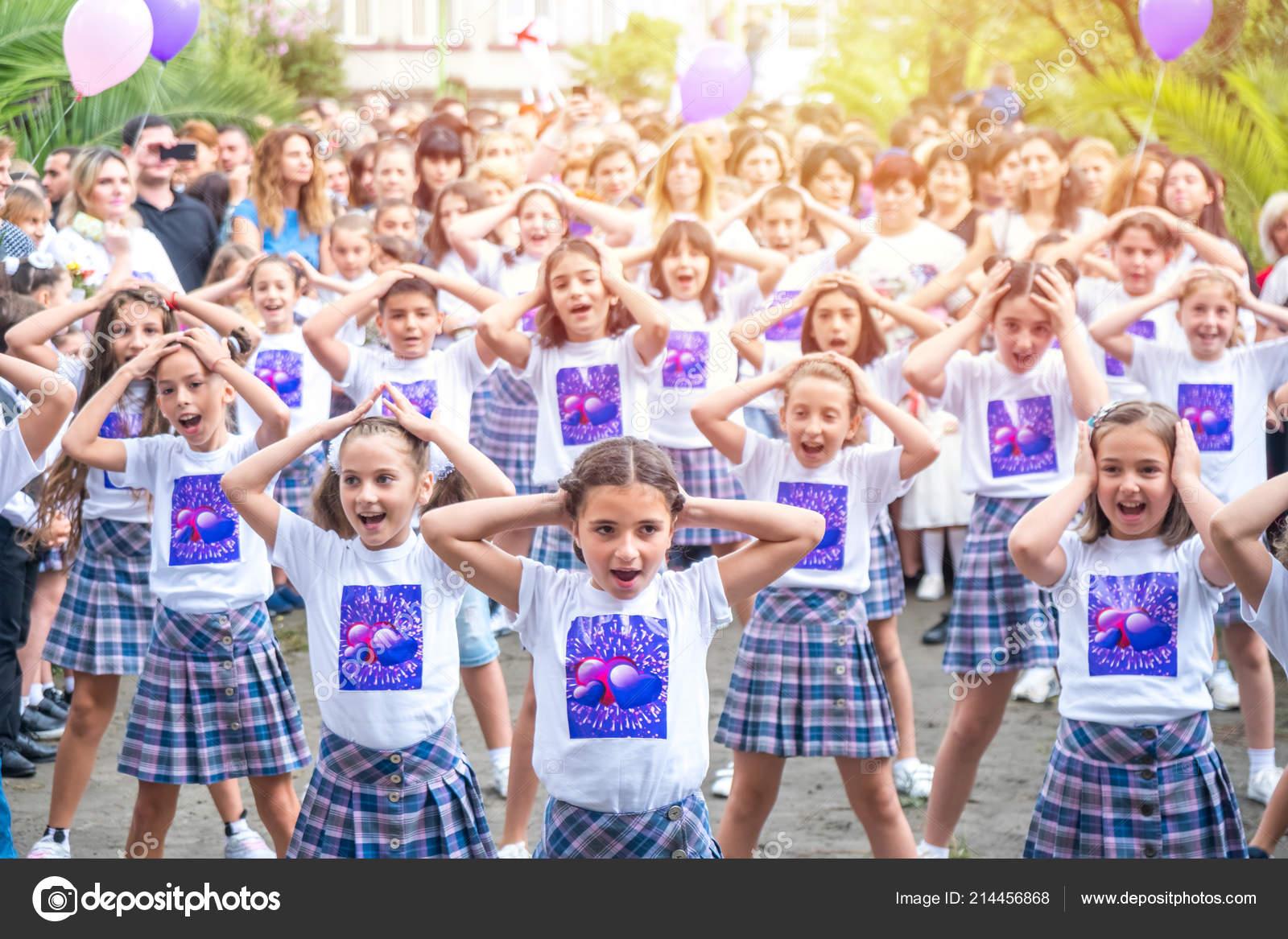Поти грузия 2018 флэшмоб детей школьного возраста начале школы.