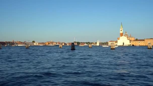 Venice, Olaszország - 16.08.2018: kilátás a San Giorgio Maggiore, gondolák Velence