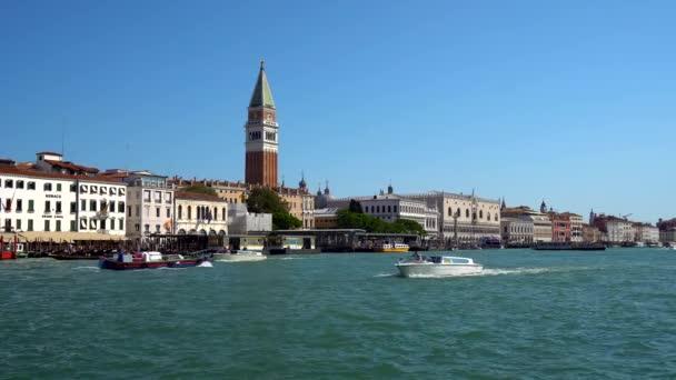 Benátky, Itálie - 16.08.2018: Gondoly a Canal Grande autobusů v Benátky, Itálie