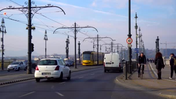 Budapest, Magyarország - 10.11.2018: Sárga villamos Budapesten, Magyarországon. Egyike a város leghíresebb képek