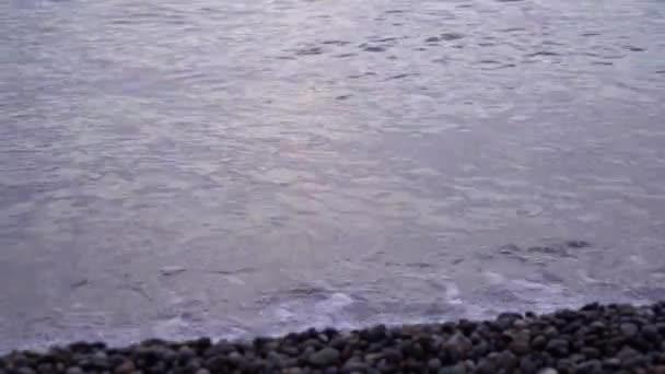 Černé mořské vlny, pláž Kvariati na krásném slunci.