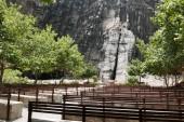 Lapa Lapa Chiesa di aria aperta di spiaggia con pietra e panche in legno, laltare di pietra e una grande croce exculpted nella roccia sulla base di una malformazione esistente. Si trova a 70 km a sud di Lima