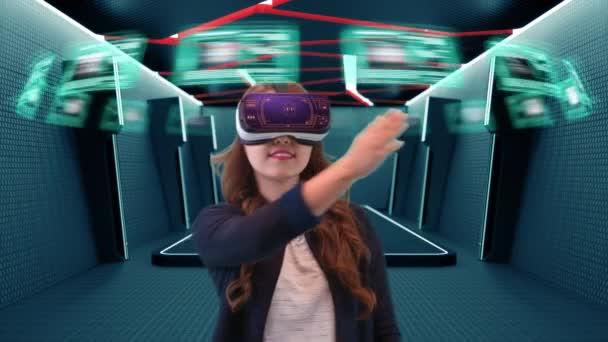 Giovane asiatico femminile realtà virtuale da portare occhiali di protezione utilizza futuristica interfaccia olografica per accedere ai dati digitali