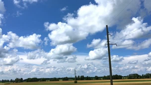 Krásná modrá obloha a mraky a pruh pole pod - malebné letní příroda krajina. Panoramatické a věčným ledem