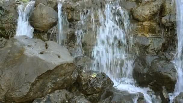 Malý vodopád horská řeka žene kaskádové kameny. Vodopád detail
