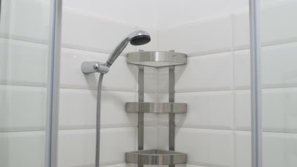 Modern fürdőszoba belső. Üres zuhanykabin fehér cserépkályha falak és polcok. Nézd fentről lefelé.