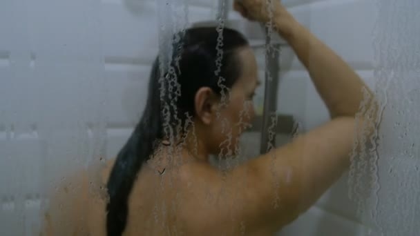 подумала, что принимает душ в офисной одежде видео эту ночь элен