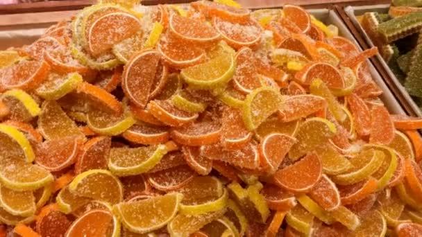 Prodej cukrovinek. Hromadu pestrobarevným marmelády a cukrovinky jsou na pultu obchodu nebo bazar.