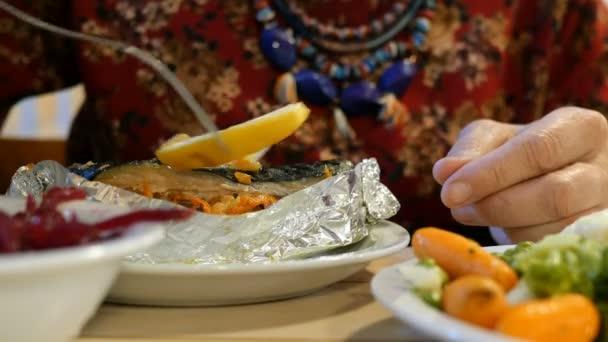 Vegetariánské jídlo. Jídlo během postu. Žena pojímá vegetariánské jídlo. Jiná zelenina. V kavárně nebo restauraci. Close-up.