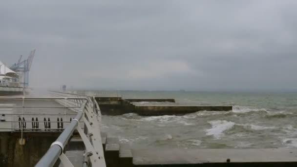 Szörfözhet a Fekete-tengeren. Kis hullámok szétszakítja a hullámtörés a Fekete-tenger közelében Odessa. Tengerpart, fröccsenő, összetörő, seafoam.