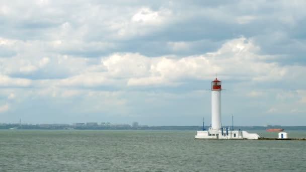 Samotný maják nacházející se v moři, na pozadí zátoky Oděsy, vedle přístavu Oděsa v černém moři. Maják vorontsova. Modrá obloha. Selektivní měkké zaměření.