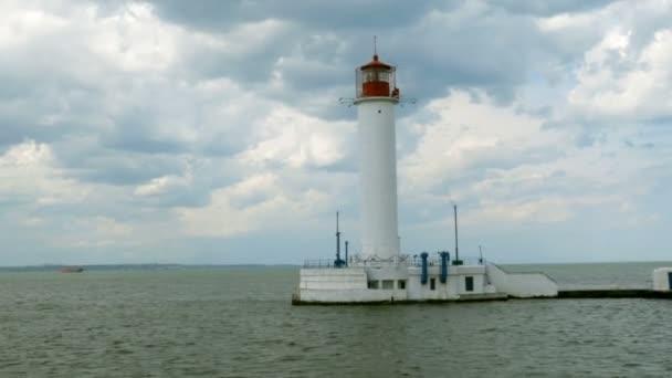 einsamer Leuchtturm im Meer, vor dem Hintergrund im Golf von Odessa, neben dem Hafen von Odessa im Schwarzen Meer. Woronzow-Leuchtturm. blauer Himmel. Selektiver weicher Fokus.