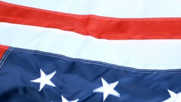 Gyönyörűen integetett a szél, csillag és csíkok, az Amerikai Egyesült Államok zászlaja. Piros, fehér és kék. július 4 koncepció háttér. A szabadság és a demokrácia szimbóluma.
