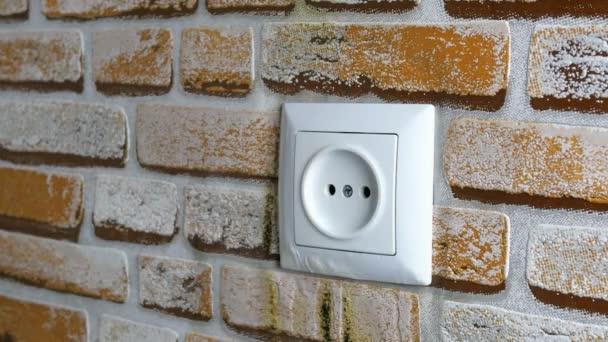 Elektromos aljzat ég a falon a házban. Rövidzárlat és tűzveszély. Talán elektromos hálózat túlterhelt, vagy berendezések kiderült, hogy a rossz minőségű. Szelektív fókusz. Közeli.